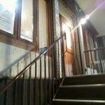 エスニックカリー メーヤウ - 2階へ上がる木の階段