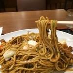 長田本庄軒 - 太麺です、温泉玉子が横で埋れてきてます