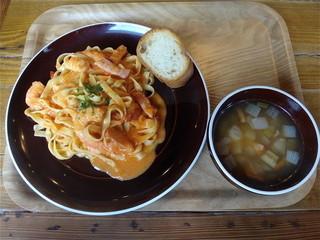 KICHITONARU KITCHEN 富士高嶺店 - 海老のトマトクリームパスタ(野菜スープ・サラダ付)¥980