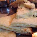 チャンダニー - Dセットのチーズナン。トロうま。