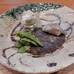 銀平 匠 - 突き出し(枝豆、酢の物、細魚の握り)