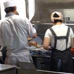 赤湯ラーメン 龍上海 - どんぶりは縦横4×4で並べて一気に仕上げます