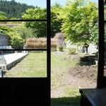 日光珈琲 御用邸通 - 外の緑、きらきら゚・*:.。..。.:*・゚