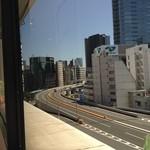 カーン・ケバブ・ビリヤニ - 窓から東京高速道路やビル群を望む①