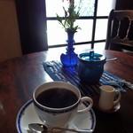 藍花珈琲店 - ブレンド珈琲 が、小窓から差し込むほのかな明かりに照らされて、より美味しく感じました。