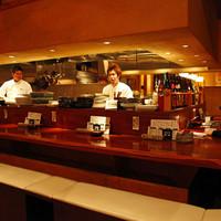 タチヒコ キッチン310 - カウンターのお席、女性は1人の、お客様も多いんです。