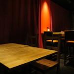マウシ アザブ - 2階席はテーブル席でいい空間。1階席はカウンターでした。