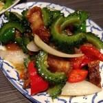 スクンビットソイ39 - ゴーヤーとカリカリに揚げた豚肉の炒め:ゴーヤーの苦みと豚肉のほのかな甘みが合う