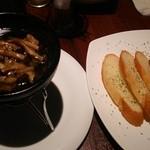 HANA  - 鶏とキノコのアヒージョ&バケット@960円