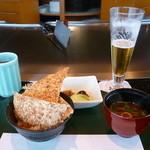 30065375 - ガーリックライス、味噌椀、香の物、生ビール