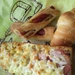 30072594 - オニオンのなんとかパンと塩パン。それと、ロングソーセジパンをカットしてもらってます♪