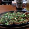 てっぺん屋食堂 - 料理写真:ホルモン鉄板。自家製ソースが効いてて美味。