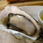 ワイン渡辺。 - 厚岸 岩牡蠣を焼き牡蠣で(シャンパンソース)