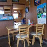 すずみ食堂 - すずみ食堂 テーブル席と奥がお座敷