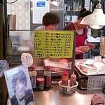 肉のさかもと - 注文を受けて熱々を揚げてくれます!