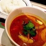 シシリアンルージュ札幌 - 豚バラ肉と旬野菜のトマトスープカレー☆ トマトの酸味がさわやかなスープカレー(๑´ڡ`๑) 大きな豚バラ肉も入ってて食べ応え十分♪