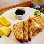 紅茶専門店チャチャドロップ - 紅茶サンドイッチセット☆ チーズ入りのチリソースホットサンド、インディアンマイルド♪ 以前から行ってみたかったお店(*´∀`*) かわいい店内でした♡