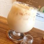 紅茶専門店チャチャドロップ - アイスミルクティー☆ セットのドリンク。 大きなグラスにたっぷりのミルクティーが嬉しい♡ ミルクなのに紅茶の香りの良さを感じます(*´ω`*)