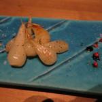 マウシ アザブ - 本日のおすすめ!!島らっきょうとアボカドのバターソテー バルサミコソースと沖縄塩(島らっきょうの方)。お皿が長いので、写真2枚になりました。