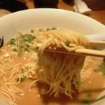 民都 - 麺はこんな感じ 細麺で普通の硬さ