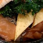 千寿司 - 千寿司 葛西店 ランチサービスちらしに盛り込まれるサーモン・玉子焼・干瓢・でんぶ