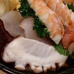 千寿司 - 千寿司 葛西店 ランチサービスちらしに盛られる天然インドまぐろ赤身・鯛・間八・蛸・烏賊の明太子和え