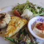 カルマ - キッシュ、モモ、冷奴、オクラとナスとモヤシのお惣菜、サラダ