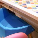 カフェ irodori - 椅子も、白・緑・青・ピンクとキュートでカラフル☆♪