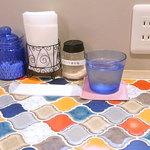 カフェ irodori - カラフルで面白い形のタイルを貼ったカウンター 電源とヒマラヤの塩アリ☆♪