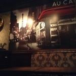 カフェ&ワインバー ロワ - パリの街並みがダイナミックに描写された絵