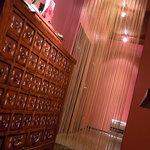 宮の森れんげ堂 - お手洗いへの通路。ゴールドのロングリリアンが目印♪