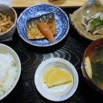 松弥食堂 - 料理写真:【ある日のおすすめランチ】鯖の塩やき&白イカのお造り定食 ¥800(税込)