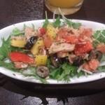 Pio - 本日のサラダはムルシアサラダ。ツナ、オリーブ、パプリカ、水菜。