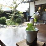 珈琲 蔵人珈蔵  - 庭園が見渡せるテーブル