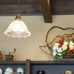 珈琲 蔵人珈蔵  - いたる所に花が飾られています