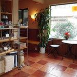 シエスタ - 左側がカフェ