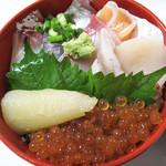 七うら - 豚骨ラーメン屋で海鮮系の丼と言えば、明太子丼までがせいぜいだと思いますが、 こちらにはちゃんとした海鮮丼があります。海鮮丼800円。