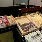 口福堂 - どら焼き120円。おはぎは140円(内税)