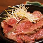 備長炭焼肉としゃぶしゃぶ 仔虎 - 和風ローストビーフ丼(ハーフ)