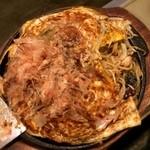 """みつ蜂 - 生地がやたらシッカリしてるのと、麺がミョーに太いのは気になったけど、まぁ広島""""風""""だし…w"""