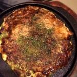 みつ蜂 - 「ネギ焼 スタミナ牛すじ玉(1,180円)」。大阪風は焼いてもらうとアツアツ鉄板で届きます。