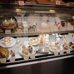 Sioya - ケーキの並ぶショーケース。
