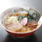ごう家 - 中華そば。醤油ベースのスープに、鶏がらをはじめとする様々なだしを絶妙にブレンド
