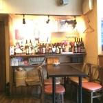 がんばり屋 - 店内、4人掛けテーブルが2つ、2人掛けテーブルが1つ、5人くらい掛けられるカウンターのみ