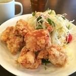 がんばり屋 - 軟骨付きの淡路地鶏の唐揚げが5個と、たっぷりのサラダ