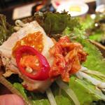 ポジャギ - サニーレタスに適当にお肉や野菜、キムチや味噌を包んで頂きます。お肉の脂やわらかーい!                             なのに、全然油っこくないです。