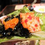 ポジャギ - 指先大に握った白ご飯に韓国海苔をまぶしたものも包んで頂きます。