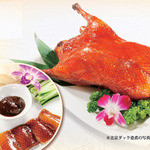 鵬天閣 - 北京ダックは自家製で作ったタレが美味しさを引き立てます。