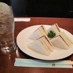 横浜ハイボール - 私は食欲はなかったけど、何か入れないといけないと思って、                             野菜サンド600円。