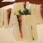 横浜ハイボール - これまた昭和な具少なめサンドイッチがきました。